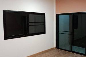 งานติดตั้งชุดประตู หน้าต่าง อลูมิเนียมสีดำ กระจกเขียวใส